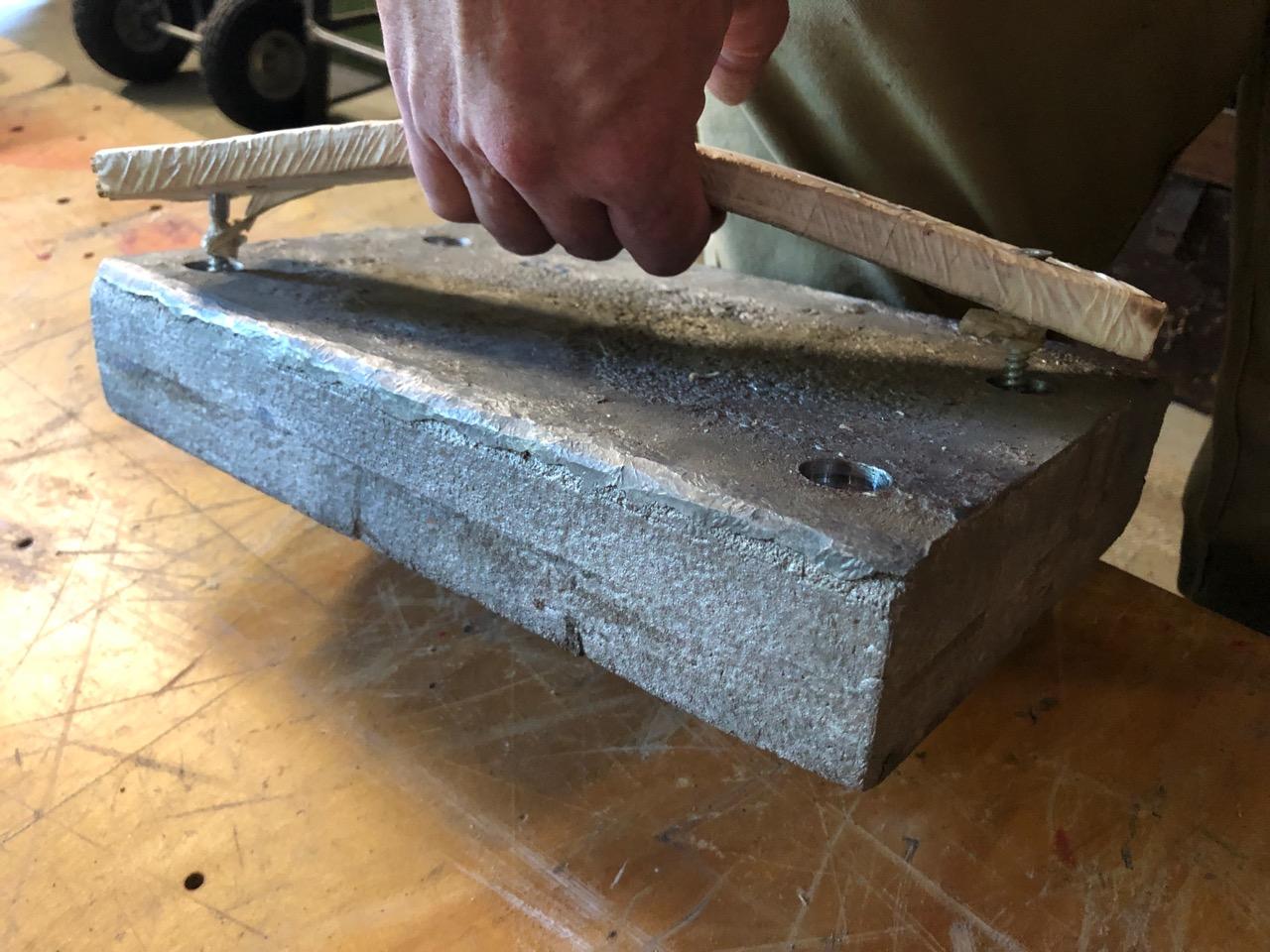 Tile lifting device